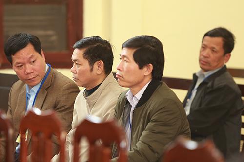 Bị cáo Dương ngồi cùng hàng với bị cáo Tuấn và Khiếu. Ảnh: Phạm Dự