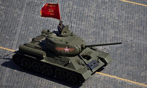 Xe tăng T-34-85 duyệt binh trên Quảng trường Đỏ năm 2015. Ảnh: TASS.