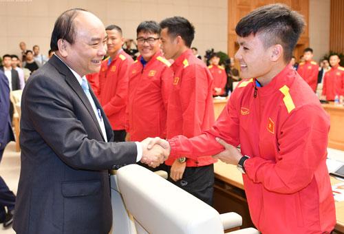 Thủ tướng bắt tay cầu thủ Quang Hải tại cuộc gặp gỡ đội tuyển ngày 21/12/2018. Ảnh: Giang Huy