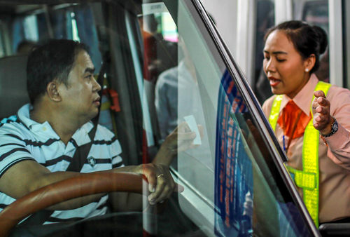 Tài xế tranh cãi với nhân viên BOT Cai Lậy về giá vé qua trạm thu phí. Ảnh:Nguyễn Thành.