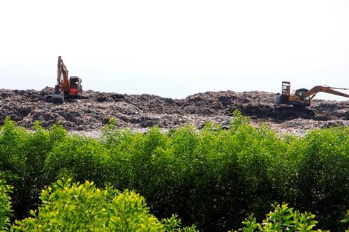 Rác thải vẫn chất cao như núi trong nhà máy xử lí rác Thủy Phương. Ảnh: Võ Thạnh