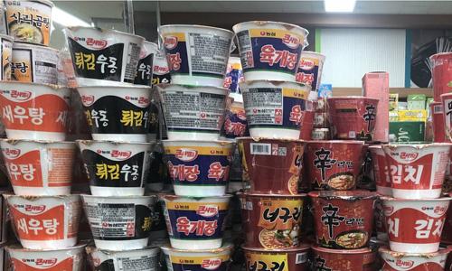 Những cốc mì ăn liền trong siêu thị ở Hàn Quốc. Ảnh: SCMP.