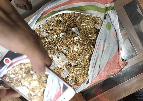 Hai người khai nhặt được 230 lượng vàng tây