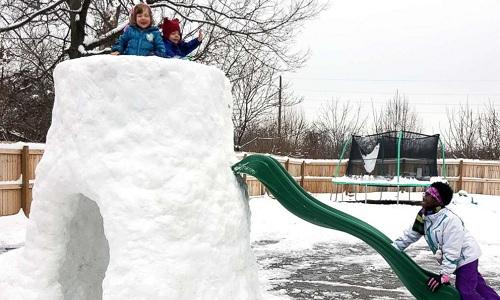 Ông bố Mỹ dành năm tiếng xây lều tuyết cho con chơi