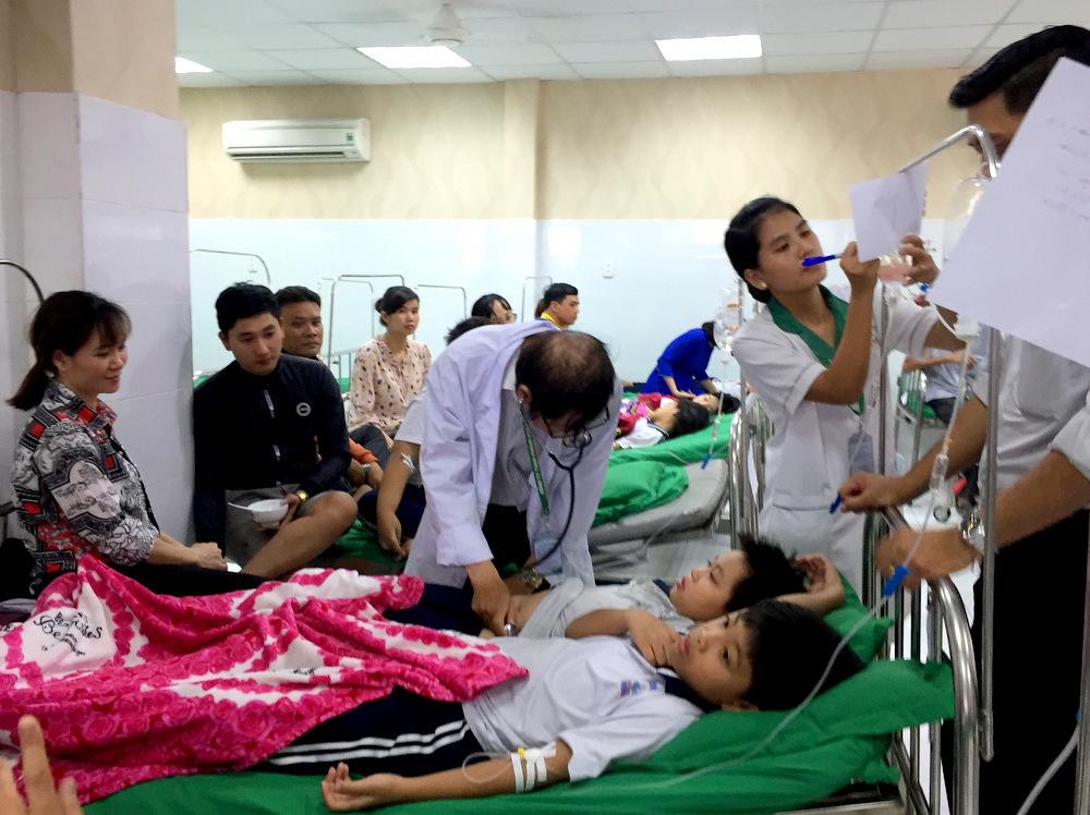 Hàng chục học sinh tiểu học nhập viện sau buổi liên hoan -