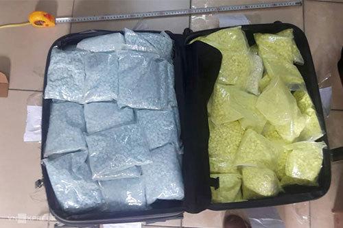 Ngoài ra ma túy tổng hợp dạng viên nén được để trong valy. Ảnh: Bảo Ngọc