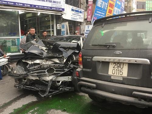 Xe Mercedes bị đâm vỡ nát phần đầu. Ảnh: Tran Nam