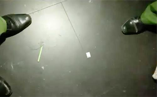 Ma tuý bị vứt trên sàn vũ trường Đông Kinh. Ảnh: Quốc Thắng.