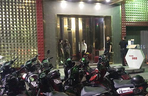 Club 162 bị cảnh sát kiểm tra. Ảnh: Quốc Thắng.