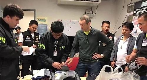 Cảnh sát kiểm tra hành lý củaPatrick Coulier(áo xám, chống nạnh). Ảnh:ViralPress.