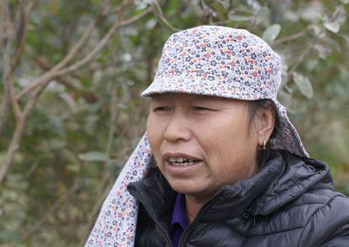Bà Ngô Thị Lương mong chờ được di chuyển khỏi bãi rác. Ảnh: Tất Định.