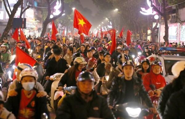 Người hâm mộ Hà Nội ăn mừng chiến thắng của đội tuyển VN. Ảnh: Tất Định