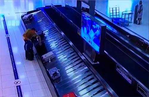 Patrick Coulier lấy chiếc vali của du khách Trung Quốc. Ảnh cắt từ video