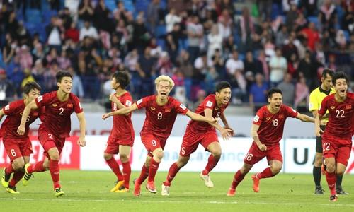 Các cầu thủ chạy lên ăn mừng sau cú sút luân lưu cuối của Bùi Tiến Dũng, ấn định chiến thắng cho đội tuyển Việt Nam trước đối thủ Jordan. Ảnh: Anh Khoa.