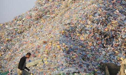 Công nhân Trung Quốc tại nhà máy xử lý nhựa ở Vũ Hán năm 2010. Ảnh: AFP.