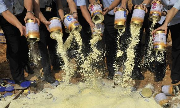 Người Trung Quốc vẫn sợ sữa nội 10 năm sau bê bối melamine