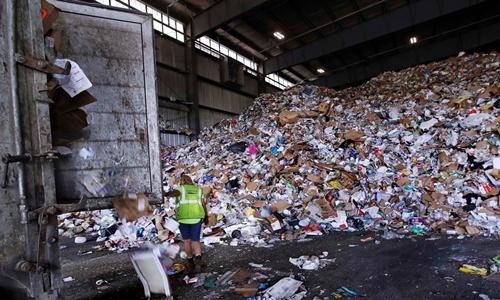 Công ty thu gom rác có thể tái chế ở Westborough, Massachusetts. Ảnh: AP.