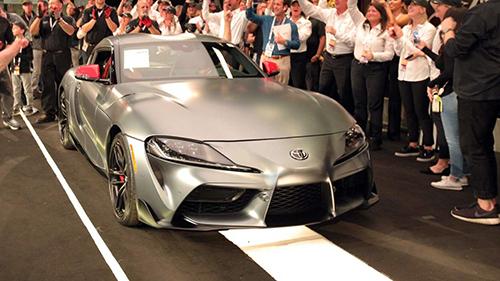 Toyota Supra đầu tiên được sản xuất tại buổi đấu giá ở Arizona, Mỹ. Ảnh: Motor1.