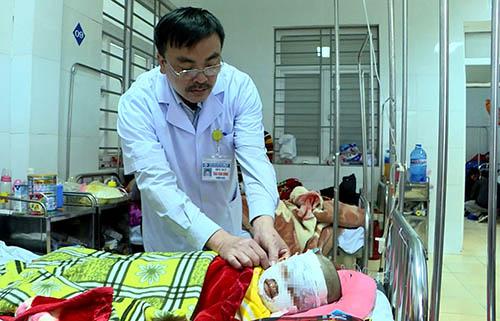 Một nạn nhân trong vụ tai nạn đang cấp cứu tại bệnh viện Sản Nhi Nghệ An. Ảnh: Quốc Toàn.