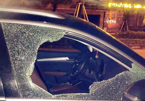 Kính bên ghế phụ của chiếc Audi bị đập vỡ. Ảnh: L.C.