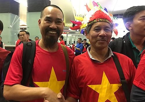 Anh Nguyễn Văn Phương (trái) vui mừng gặp lại một cổ động viên đãtừng đồng hành trong các lấn đi cổ vũ trước đây. Ảnh: Đoàn Loan