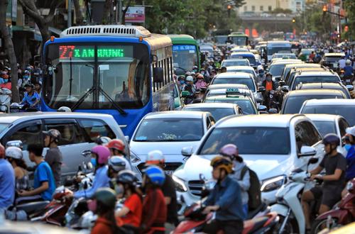 Đường phố Sài Gòn luôn trong tình trạng ngộp thở những ngày cuối năm. Ảnh: Hữu Khoa