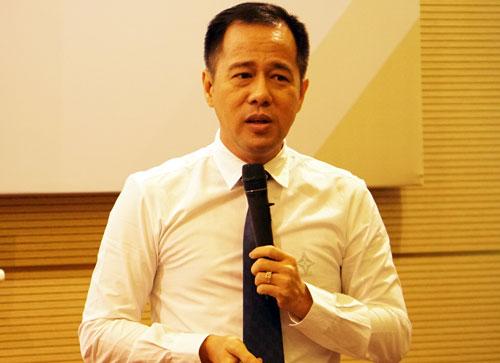 PGS Huỳnh Văn Sơn trình bày bài tham luận tại hội thảo. Ảnh: Mạnh Tùng.