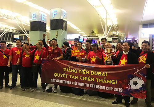Một nhóm cổ động viên tại sân bay Nội Bàichuẩn bị lên đường sang Dubai. Ảnh: Đoàn Loan