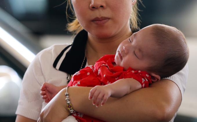 Chen chúc ở sân bay Tân Sơn Nhất đón Việt kiều về ăn Tết