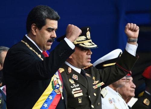Tổng thống Maduro (trái) và Bộ trưởng Quốc phòng VenezuelaVladimir Padrino