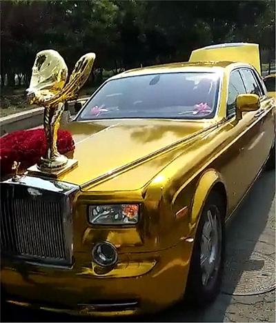 Chiếc Phantom mạ vàng toàn thân, có gắn hoa kèm theo biểu tượng rất lớn.