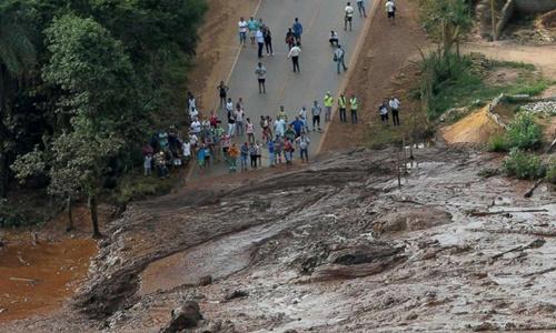 Bùn lầy tràn ra đường sau vụ vỡ đập. Ảnh: Reuters.