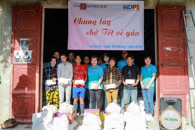 VnExpress trao quà Tết cho người dân biên giới
