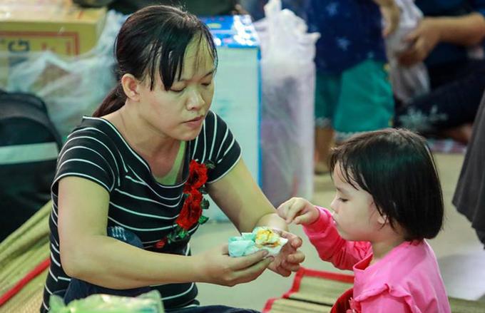 Hàng nghìn người về Tết vạ vật ở ga Sài Gòn vì tàu trật bánh