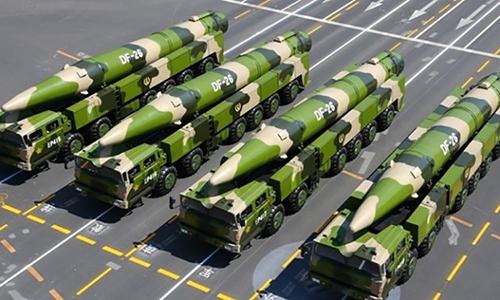 Bệ phóng di động và tên lửa DF-26 trong lễ duyệt binh của quân đội Trung Quốc năm 2015. Ảnh: Xinhua.