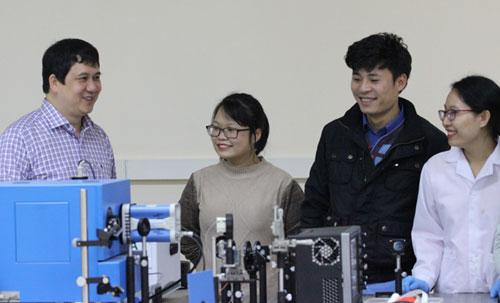 PGS Phạm Thành Huy (ngoài cùng bìa trái) trao đổi cùng các nghiên cứu trẻ. Ảnh: NVCC.