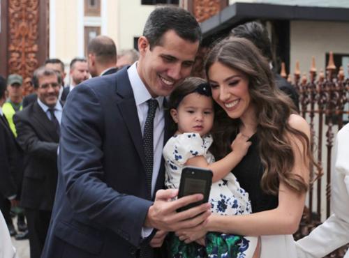 Juan Guaido chụp ảnh cùng vợ và con gái trong ngày tuyên thệ nhậm chức Chủ tịch Quốc hội Venezuela hôm 5/1. Ảnh: AP.