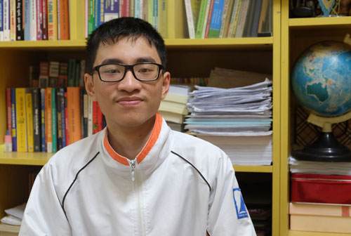 Trần Xuân Tùng (lớp 12 Lý 1, trường THPT chuyên Hà Nội Amsterdam) tại góc học tập ở gia đình. Ảnh: Quỳnh Trang.