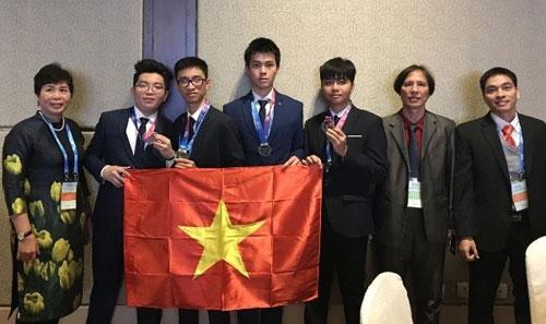 Trần Xuân Tùng (thứ ba từ trái sang) cùng đoàn Việt Nam dự thi Olympic Thiên văn học và Vật lý thiên văn quốc tế 2018. Ảnh: TTXVN.