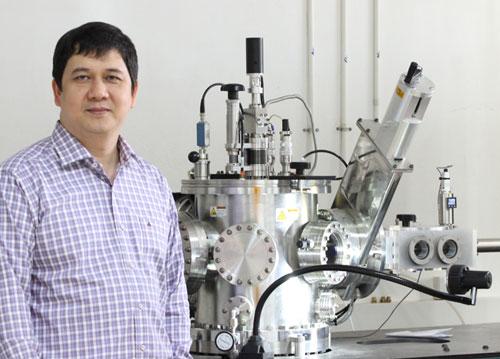 PGS Phạm Thành Huy tại phòng làm thí nghiệm.