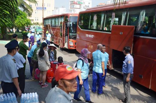 Ga Sài Gòn điều ôtô chở khách ra Bình Thuận. Ảnh: Sơn Hoà.