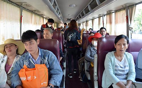 Khách sẽ di chuyển quãng đường 180 km bằng xe khách trước khi lên tàu. Ảnh: Sơn Hoà.