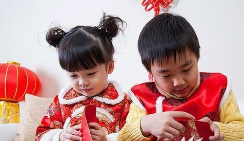 Trẻ em Trung Quốc mở phong bao lì xì ngày Tết. Ảnh: Peoples Daily