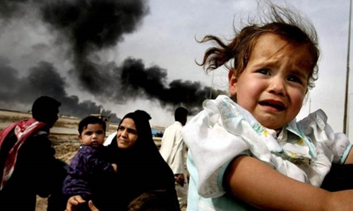 Dòng người ồ ạt chạy khỏi Barsa ở miền nam Iraq sau khi liên quân Mỹ tấn công tháng 3/2003. Ảnh: AP.