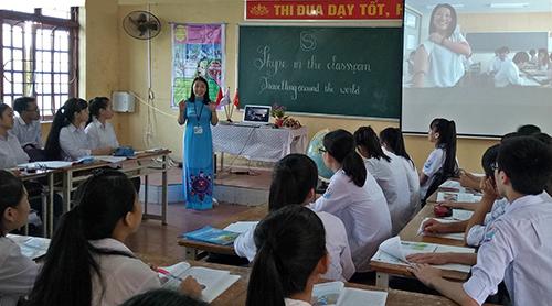 Học sinh trường THPT Đức Hợp tham gia tiết họckết nối skype đểgiao tiếp tiếng Anh với học trò quốc gia khác. Ảnh: NVCC.