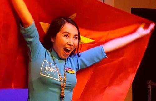Cô Trần Thị Thuý giương cao lá cờ Việt Nam khi chiến thắng tại Diễn đàngiáo dục toàn cầu do Microsoft tổ chức tại Canada năm 2017.