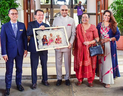 Tổng thống Ấn Độ thích thú khi được tặng bức ảnh gia đình in trên lá bồ đề. Ảnh: Ngọc Thành.