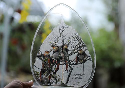 Tác phẩm lưu niệm của ông Vỹ đạt giải ba cuộc thi thiết kế hàng lưu niệm APEC. Ảnh: Nguyễn Đông.