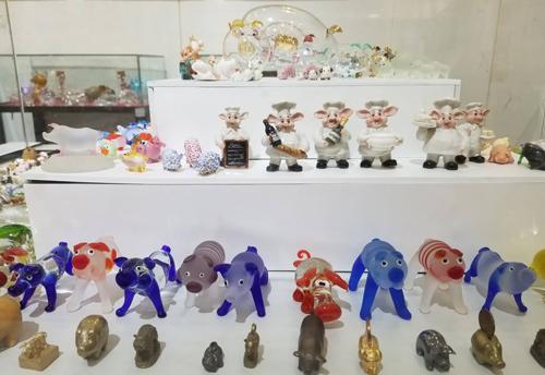 Những chú lợn nhỏ được tạo hình bằng nhiều chất liệu khác nhau. Ảnh: PV.