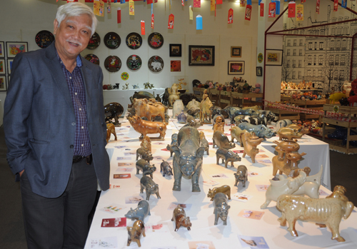 Nhà sử học Dương Trung Quốc giới thiệu bộ sưu tập lợn tại triển lãm. Ảnh: PV.